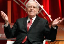 Photo of Billionaire Warren Buffett finally owns a smartphone